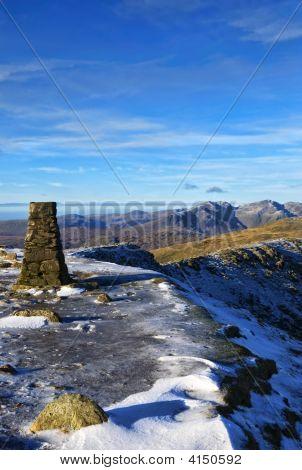 Cumbre de Coniston anciano en invierno
