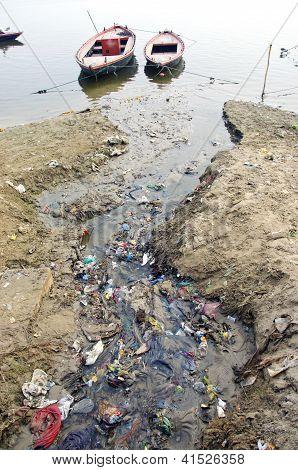 Canal de contaminación de agua de aguas residuales al sagrado río Ganges, India
