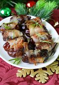 Постер, плакат: appetizer delicacy dates wrapped in bacon and fried