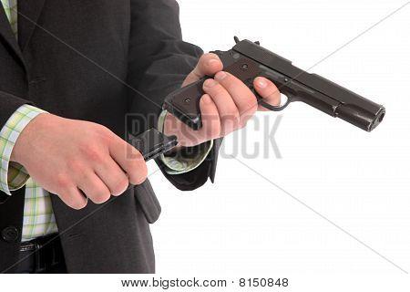 Homens carregando uma arma