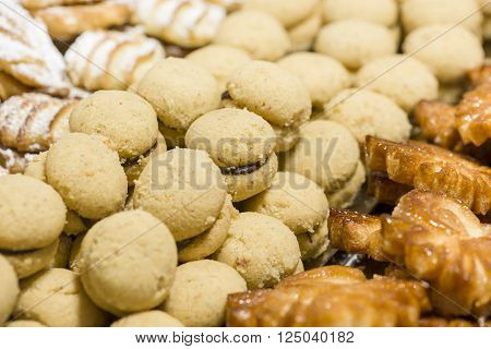 cookies made with puff pastry shaped leaf