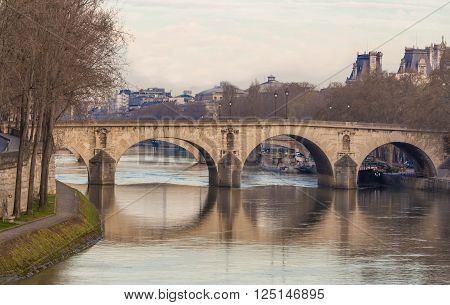 The pont Marie links the Ile Saint Louis to the quai de l'Hotel de Ville.Its construction was spread out over 20 years from 1614 to 1635.This bridge is one of the oldest in Paris.