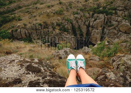 Photo Female Legs In Gumshoes On The Background Of Canyon