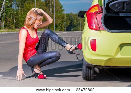 Beautiful Girl Driver Tries To Replace The Punctured Wheel