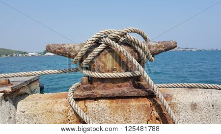Mooring cleat and rope on the concrete bridge