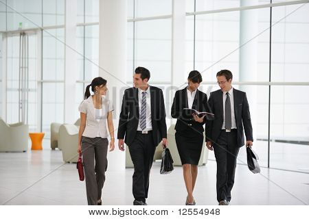 Empresários de terno em uma empresa