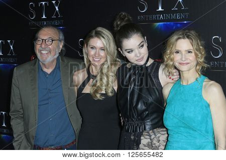 LAS VEGAS - APR 12:  James L Brooks, Kelly Fremon Craig, Hailee Steinfeld, Kyra Sedgwick at the STX Photocall - Cinemacon at the Caesars Palace on April 12, 2016 in Las Vegas, NV
