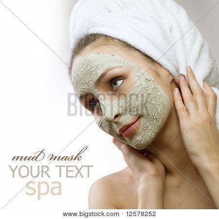 Spa-Schlamm-Maske auf das Gesicht der Frau.Platz für text