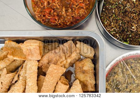 Crispy Wonton With Chili And Pepper Sauce Served With Vegetables