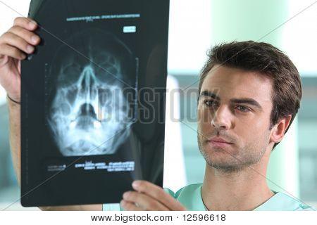 Doctor en radiografía