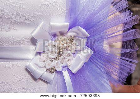 The bow white bride's wedding dress