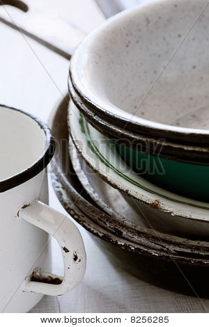 assortierte emaillierte Platten Pfannen und eine sehr alte mug
