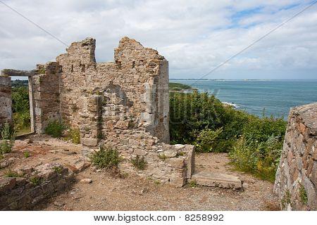 Ruínas do antigo castelo ao longo da costa de França