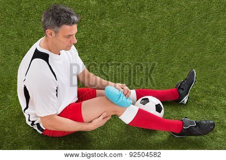 Player Icing Knee With Ice Pack