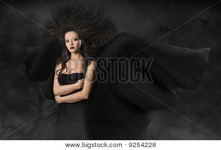 Mujer hermosa de estilo gótico con alas