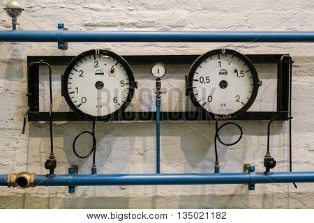 Blue pipe and measuring instrument with a round dial