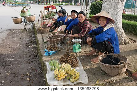 LANG SON, Vietnam, January 23, 2016 Women's groups, ethnic Nung, Lang Son Province, Vietnam, Business Fruit in the neighborhood, Lang Son city center