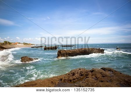 waves crashing against the rocks in the sea