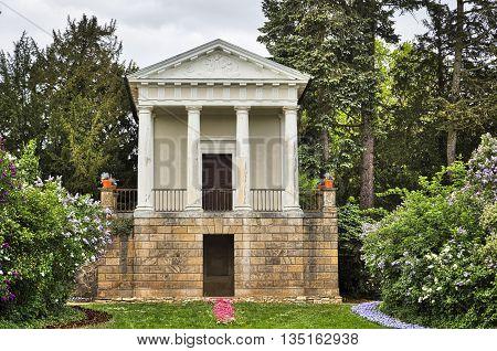 Woerlitzer Park: Flora Temple and garden in spring