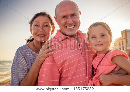 travel to the beach with grandparents