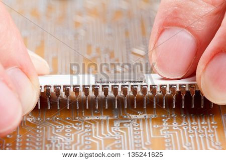 Assembly of electronic components on a printed circuit board
