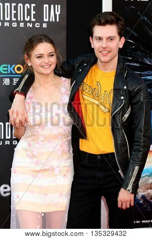 LOS ANGELES - JUN 20:  Joey King, Travis Tope at the Independence Day: Resurgence LA Premiere at the TCL Chinese Theater IMAX on June 20, 2016 in Los Angeles, CA