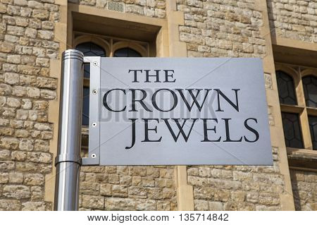 A sign pointing towards the location of the Royal Crown Jewels at the Tower of London.