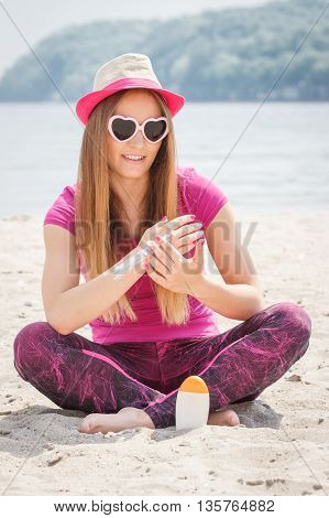 Happy Girl In Straw Hat And Sunglasses Using Sun Lotion, Sun Protection On Beach