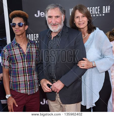 LOS ANGELES - JUN 20:  Judd Hirsch arrives to the