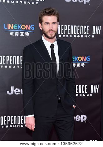 LOS ANGELES - JUN 20:  Liam Hemsworth arrives to the