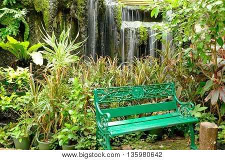 the green bench use for sit in the garden