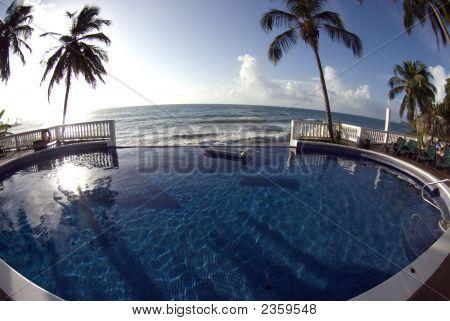 Piscina de borde infinito con el mar Caribe de flotador