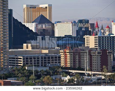LAS VEGAS, NEVADA - 7.9.: Luxor, MGM, Excalibur und das Hotel am Strip. Vegas hat 147.611 hote