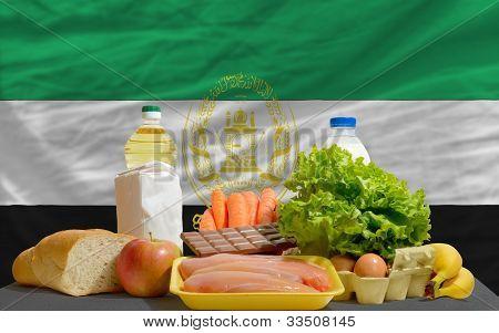 Alimentos básicos alimenticios frente la bandera nacional de Afganistán