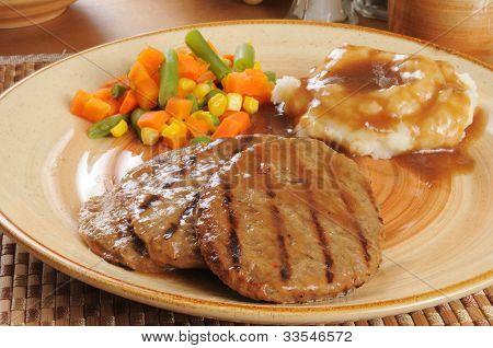 Salisbury Steak com batatas e molho
