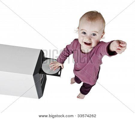 Criança brincando com Cd