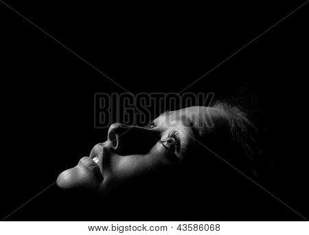 Chica en la oscura monocromo