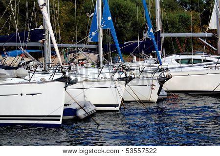 Boote vor Anker im Hafen Marmaris