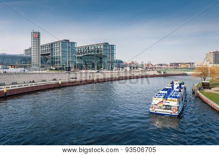 Berlin Hauptbahnhof With River Spree.