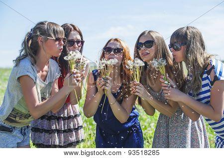 Girls Girlfriend Inflate Dandelion Seeds