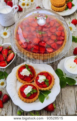 Strawberry - the delights of strawberries, tart and cake