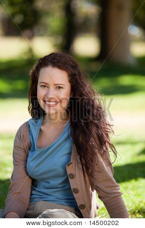 schöne Frau sitzen im Garten