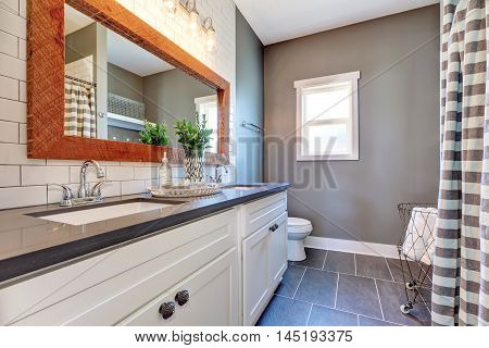 Elegant Bathroom Interior With Tile Floor And Gray Walls.