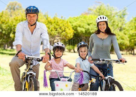 Familia con sus bicicletas
