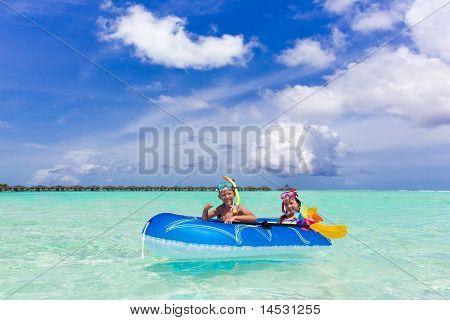 Niños jugando en el océano