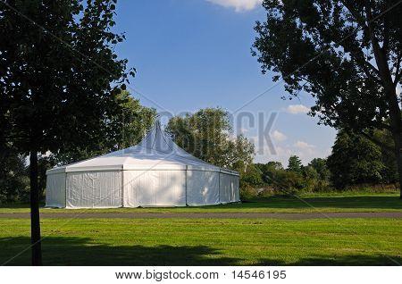 weißen Zelt