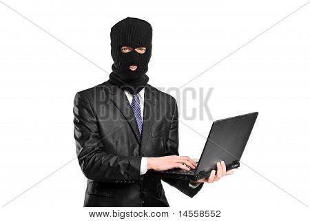 Ein Hacker arbeiten auf einem Laptop