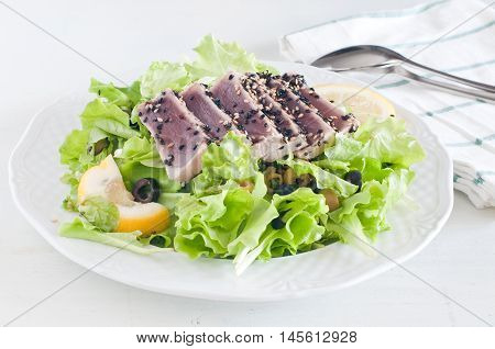 fresh lettuce salad with pan-seared red tunafood