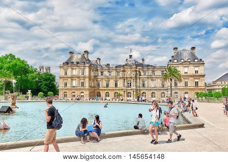 Paris, France - July 08, 2016 : Children Float  Boats In The Fountain Luxembourg Palace And Park In
