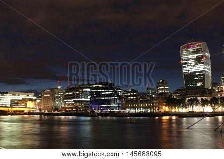 Foto scattata di sera in riva al Tamigi nella zona del Tower Bridge